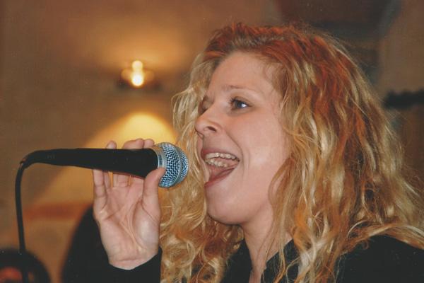 Marion Gutzeit singt am Mikrofon